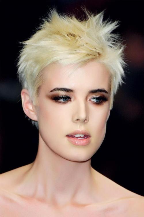 Kobieta Modelka Makijaż Fryzury Agyness Deyn Haircut