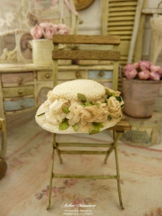 Chapeau rétro miniature blanc cassé et crème, fleurs fanées, Accessoire de mode de collection pour maison de poupée, échelle 1/12 by AtelierMiniature on Etsy