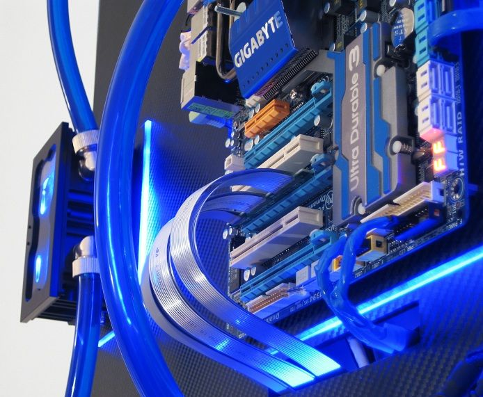 Gallery Of An Awesome Wall Mounted Custom Pc With Beautiful Liquid Cooling System Mit Bildern Pi Projekte Projekte