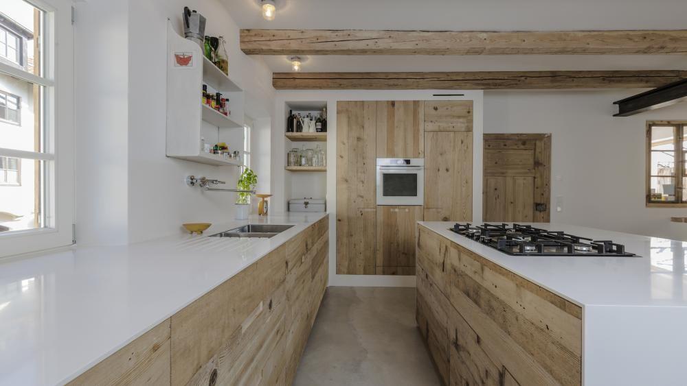 Küchenfronten und Boden aus den bei der Renovierung geborgenen ...