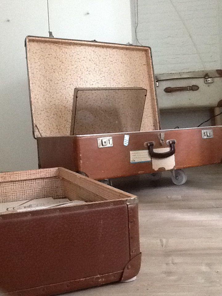 Wieltjes onder de koffers, langspeel plaat erin plaatsen, en koffer voor de LPs. Makkelijk weer op te bergen!!