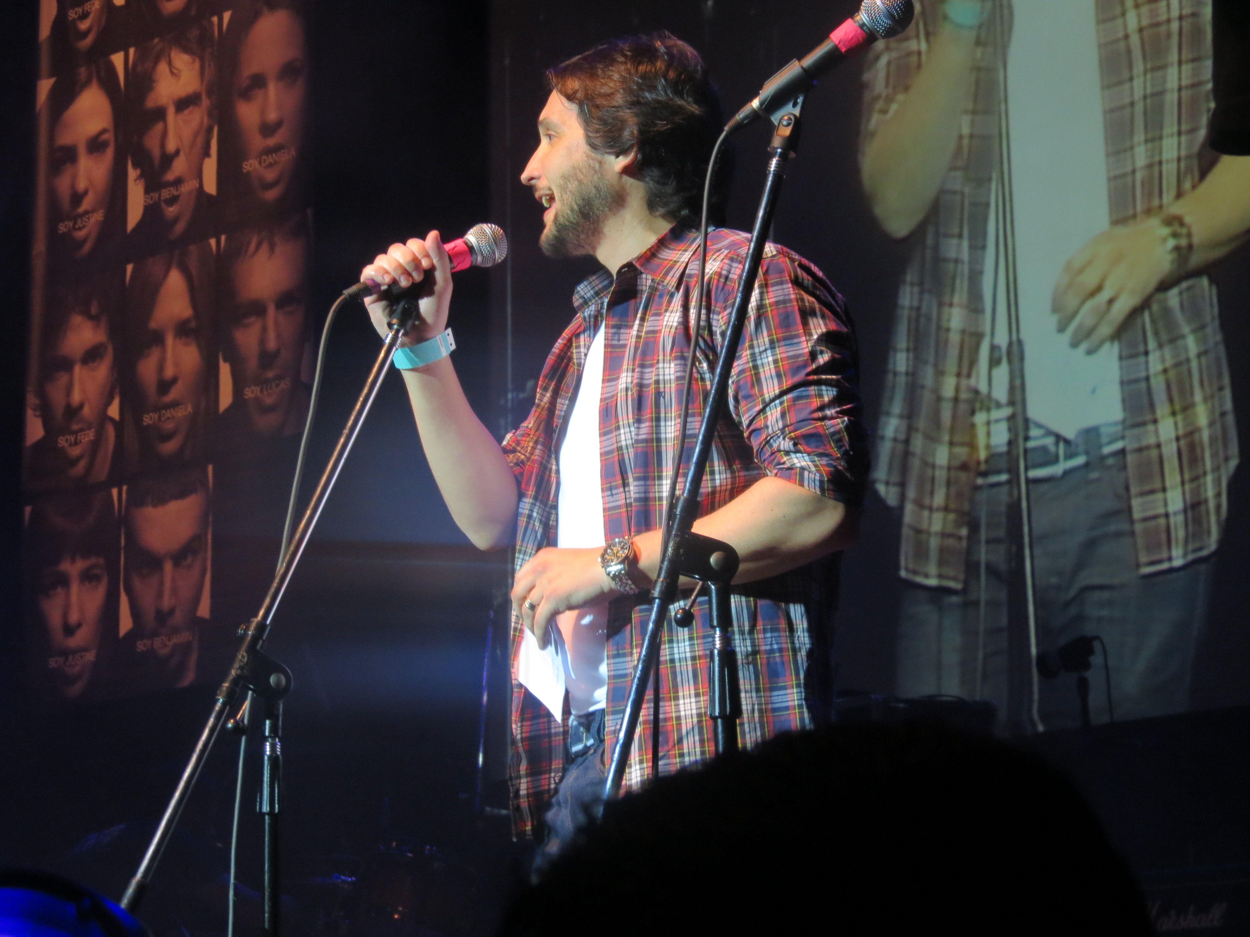 El periodista, Germán Paolosky, en el escenario se sumó a pedir conciencia vial.