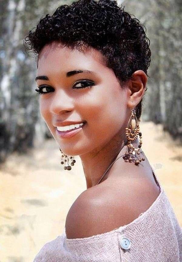 Coupe courte cheveux frises femme noire