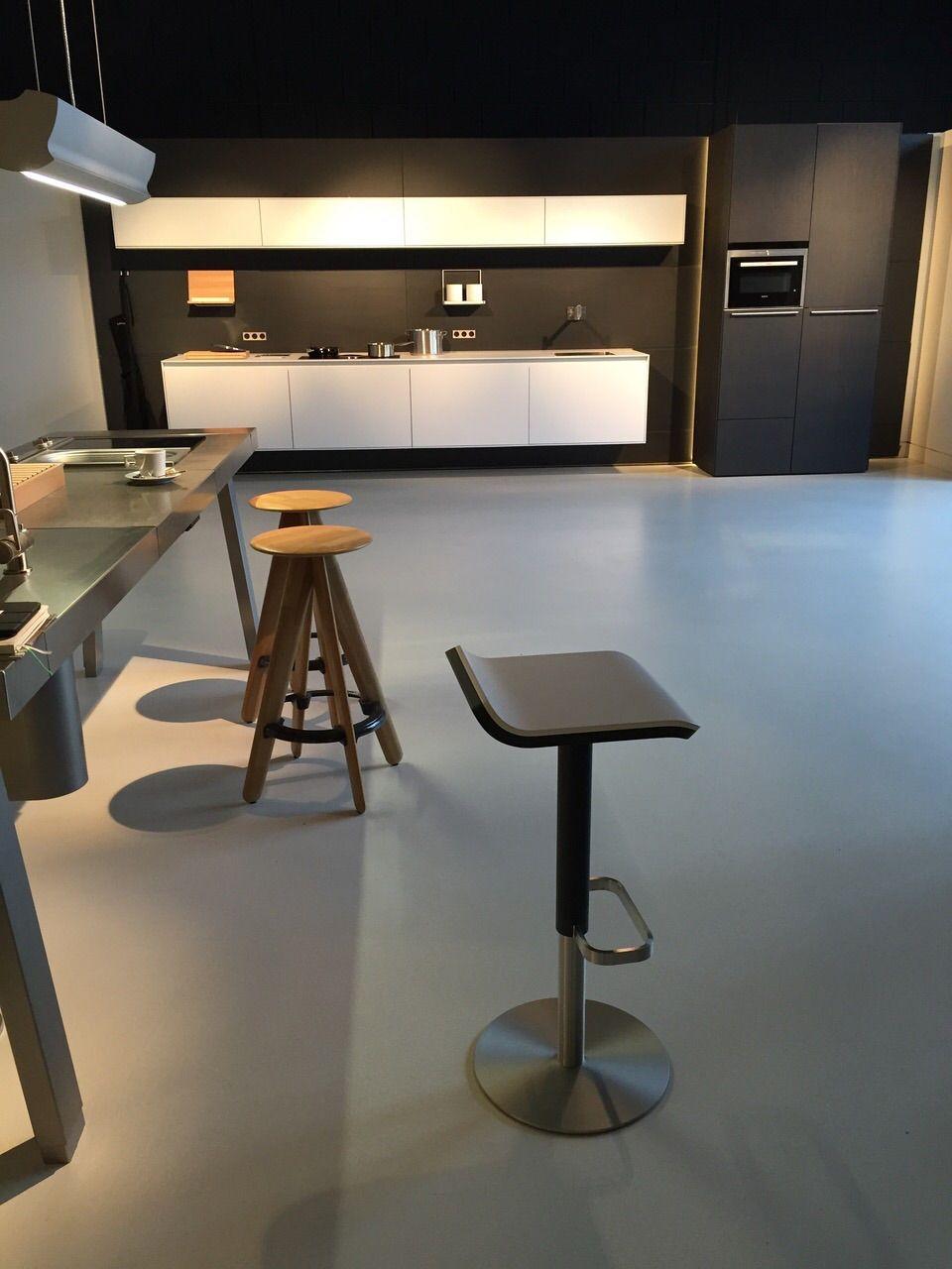 #Bulthaup Kitchen And Barstool ED In Grey #Tabouret De Bar ED Classique  élègent #barhocker #Höhenverstellbar #küche Barhocker In Grau Und Weiss
