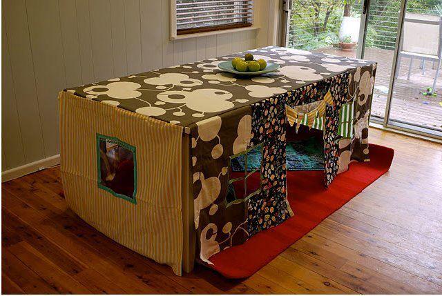 Usando a mesa de jantar para a criançada brincar...