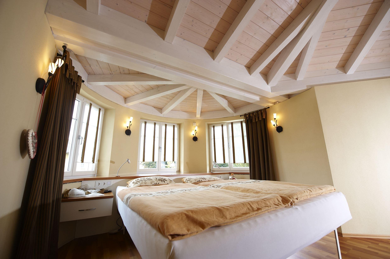 Helles Schlafzimmer Mit Sichtholzdecke Und Schonem Erker Holzhaus