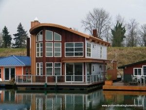 Lots Of Floating Homes On The Willamette River That Runs