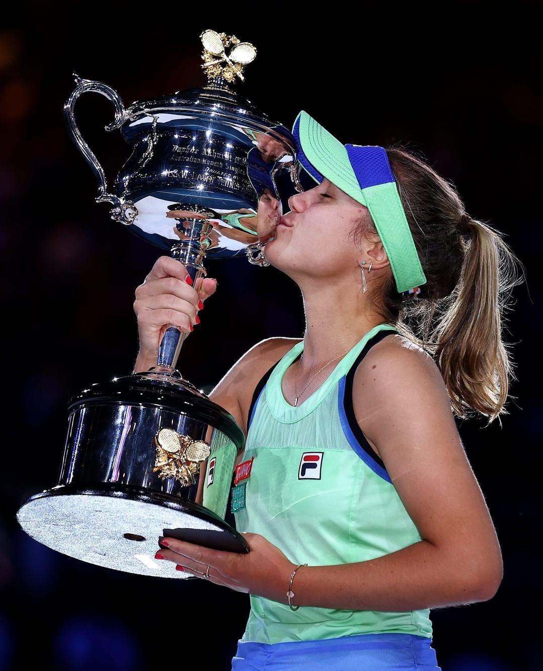 American Sofia Kenin Kisses Her First Grand Slam Trophy After She Beat Garbine Muguruza To Win The Australian Open Meet The Youngest Em 2020