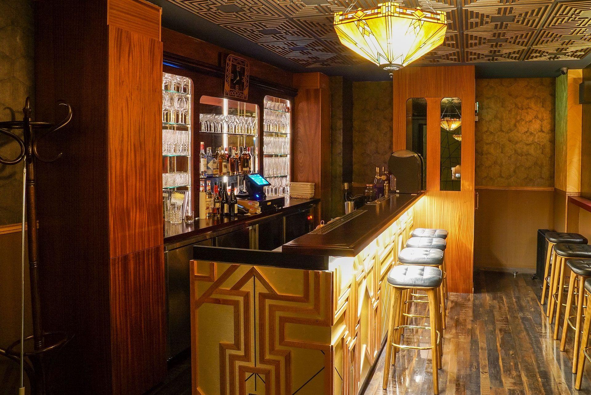 Mobster Bar Bar Circus Agencement Inox En 2020 Travaux De Maconnerie Piste De Danse Barmans