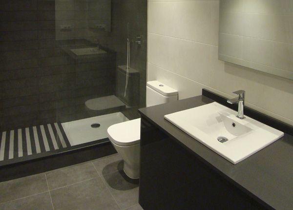 foto de reforma de bao moderno en tonos blanco gris perla y antracita con mueble de bao gris encimera silestone antacita y box ducha con mampara cristal