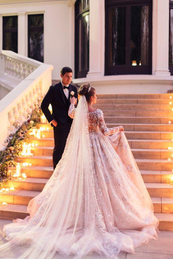 Bride and Groom Dramatic Staircase Photo | Fotos de parejas, Traje ...