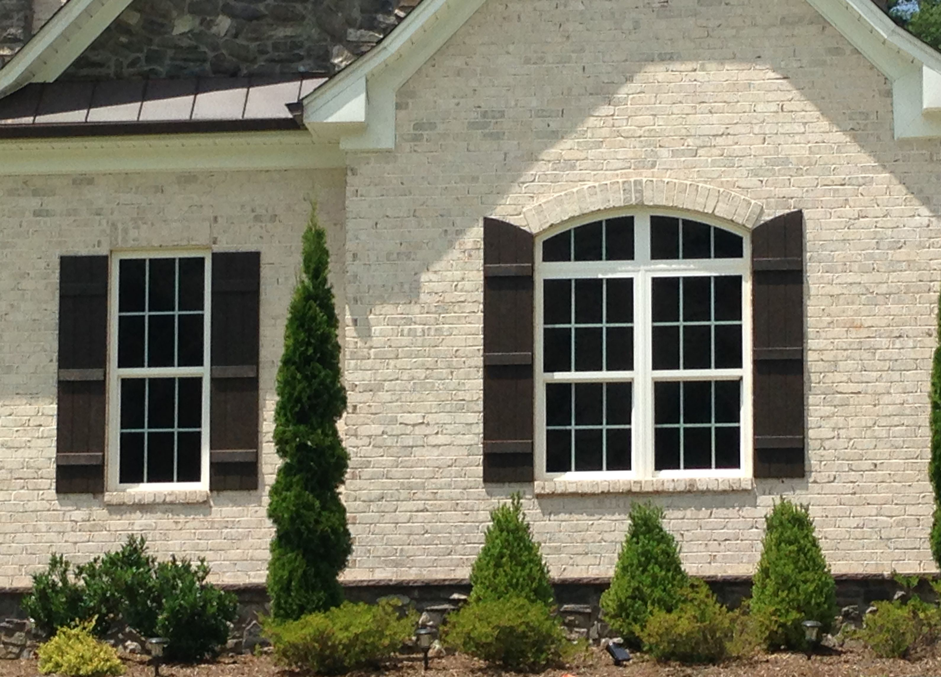 White Chesapeake Pearl Brick With White Mortar Looks Great With Dark Brown Shutters Mortar