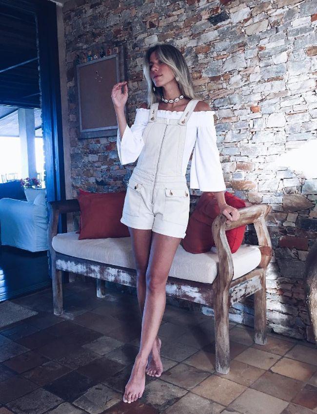 Nati Vozza do Blog de Moda Glam4You usa jardineira jeans e blusa ombro a ombro no look do dia.