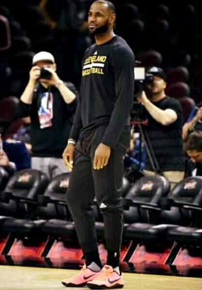 3ac36bccee3 Lebron James wears Kobe s shoes to practice.
