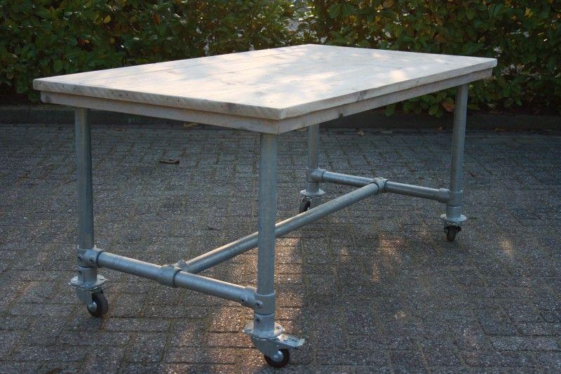 Tuin tafel met steigerbuis en wielen tafels met for Steigerhouten tafel met steigerbuizen zelf maken