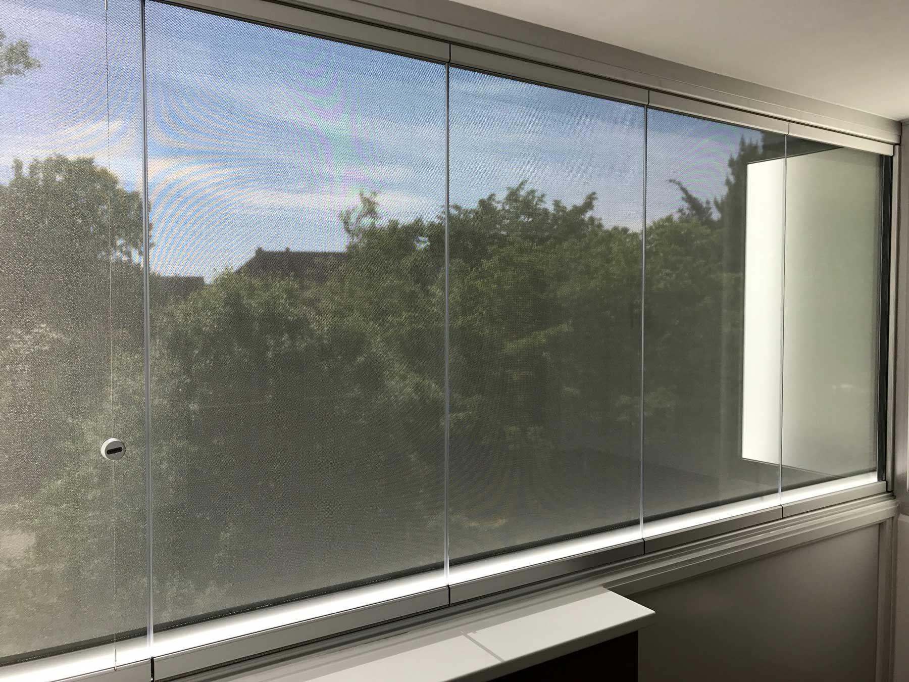 Balkonverglasung mit Beschattung Fixscreen für außen Windschutz