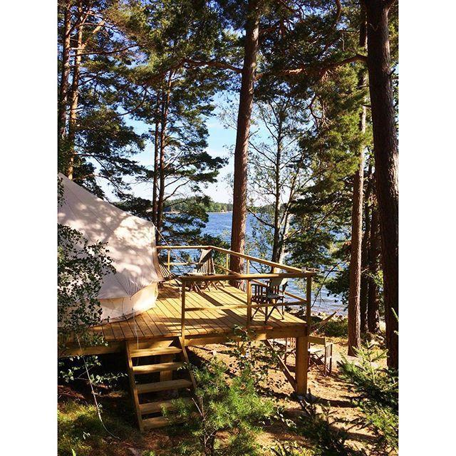 #TBT zu diesem gigantisch schönen Sommertag Ende August 2015 auf der Stockholmer Schäreninsel Svartsö. Auf dem Bild seht ihr eines der latent versteckt liegenden Glampingzelte von @svartsodeliochlogi. Wer nicht genug von solchen Bildern bekommen kann, erforscht am besten alles mit dem Hashtag #StockholmArchipelago. Aber nur auf eigene Gefahr. Wir stellen euch keinen Krankenschein für euren Chef bzw. eure Chefin auf Grund von schwerwiegendem Schwedenweh aus!