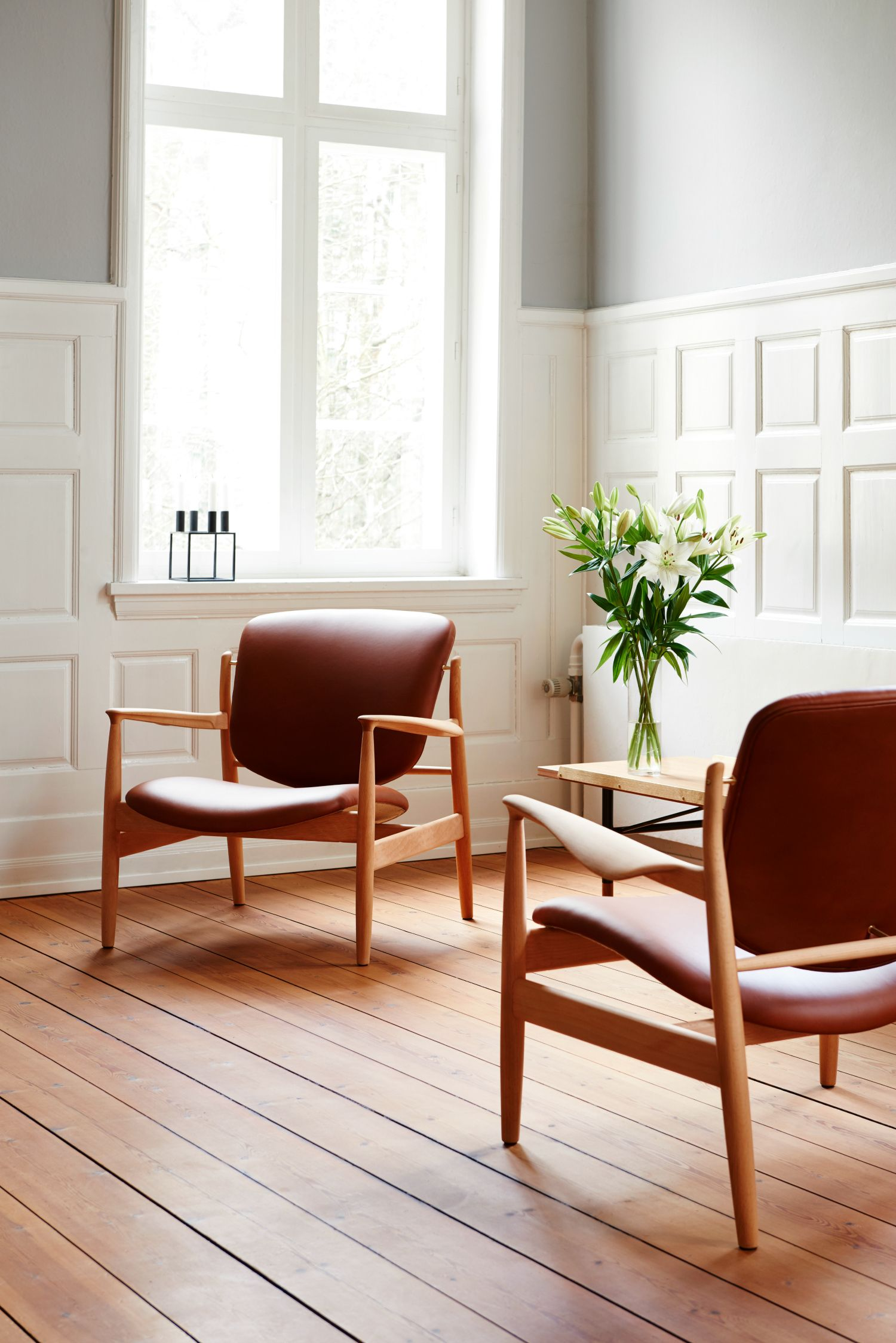 Beautiful light living room with the France Chair designed by Finn Juhl. The chair was originally called FJ 136 and was designed in 1956. Now produced in Denmark by Onecollection.