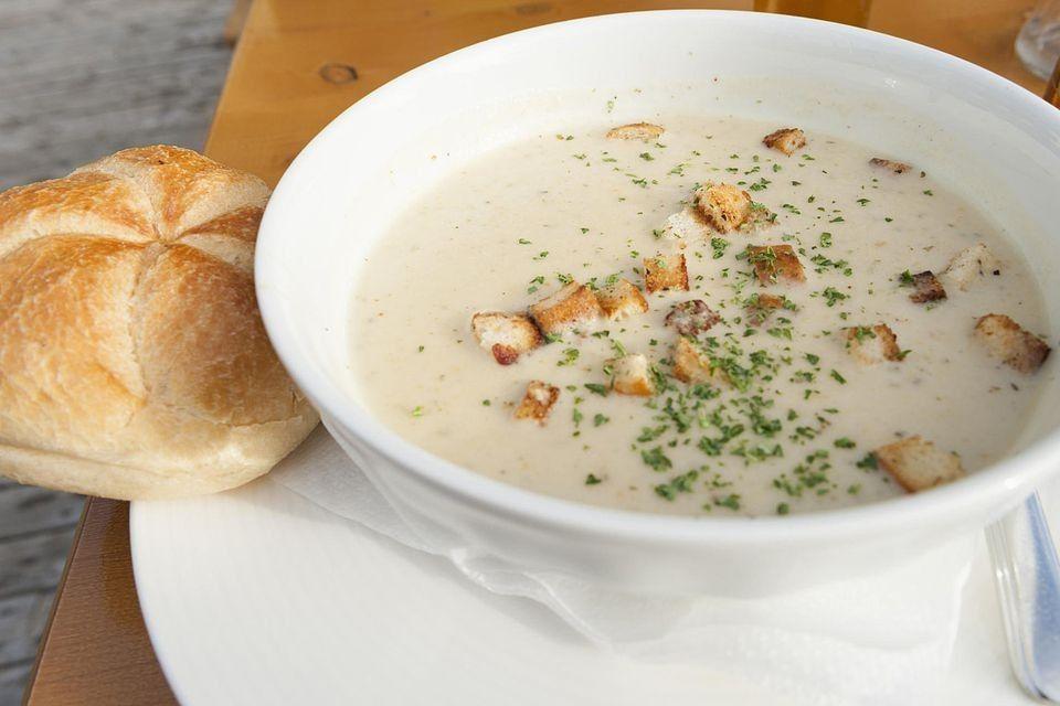 حضري شوربة الدجاج بالكريمة واستمتعي بطبق من الحساء دافئ ولذيذ Chicken Mushroom Soup Recipe Chicken Soup Recipes Cream Of Chicken Soup