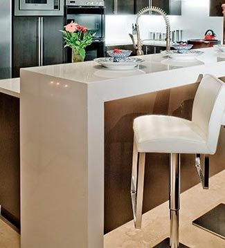 The apartment desayunos con estilo disp n una mesa alta - Mesa cocina con taburetes ...
