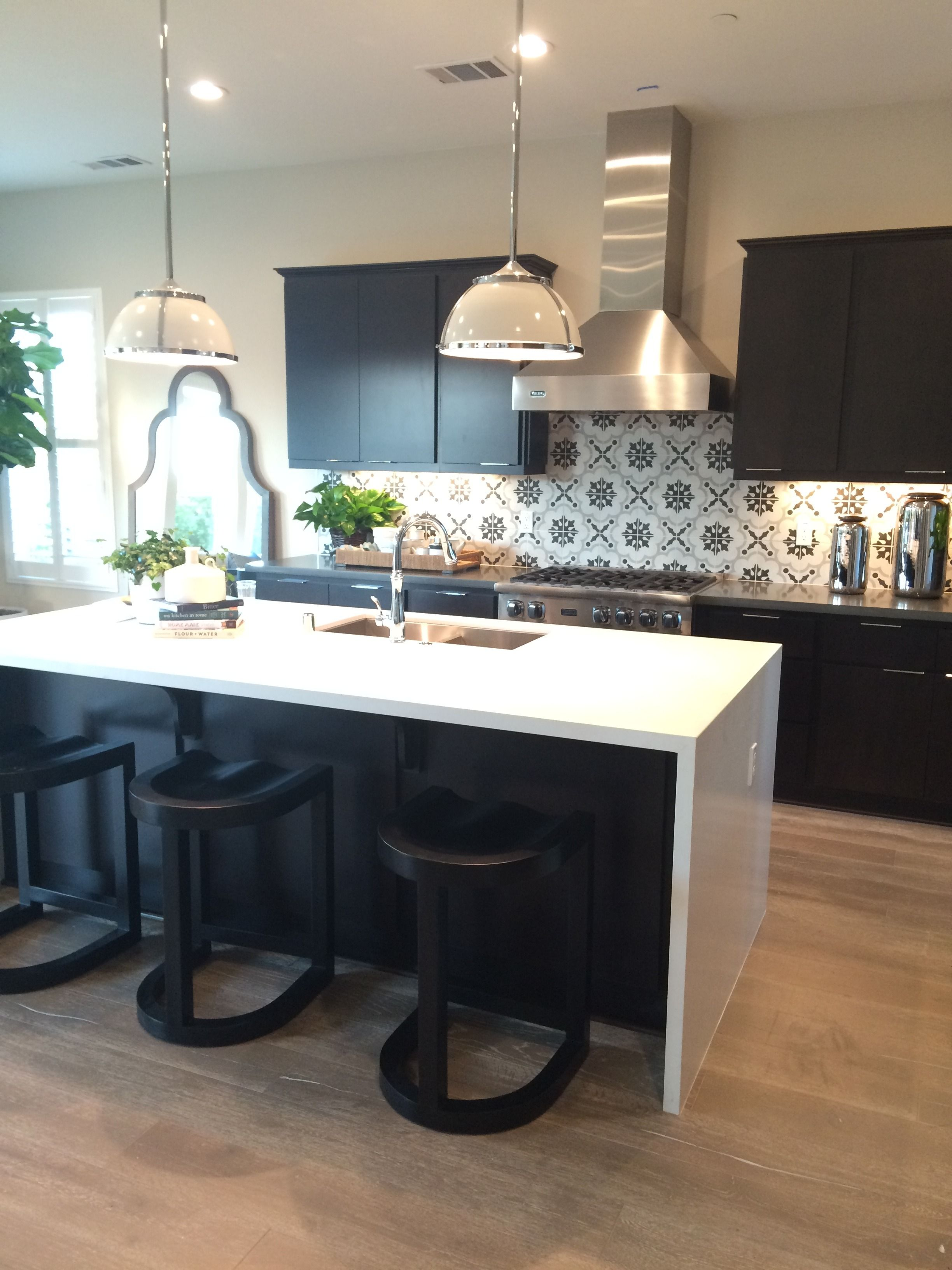 Our Black & White Cementine is looking so fine! Visit our