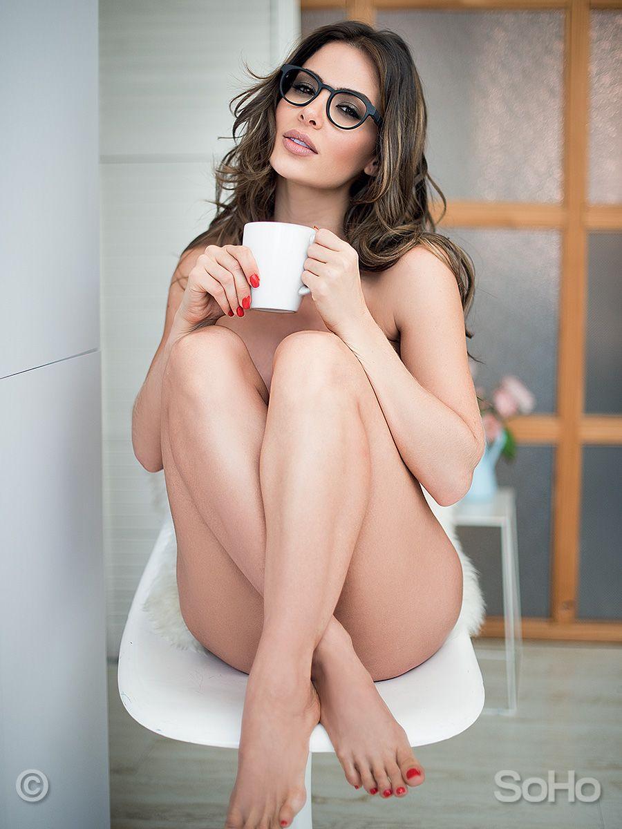 c309cb7cec Fotos de Natalia Vélez desnuda   WOMEN   Mujer tomando cafe, Chicas ...