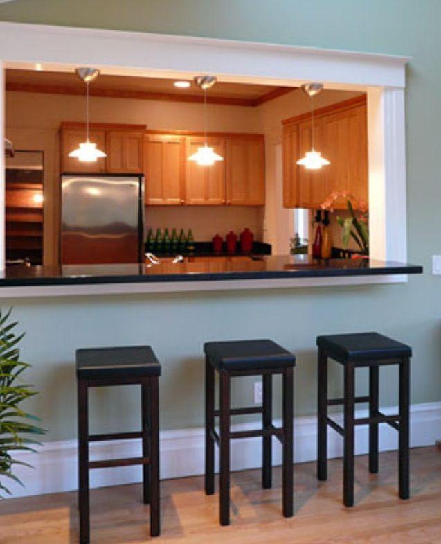 mit weißen Stühlen, weißer Küche und Arbeitsplatte in dunkler - küchen in holzoptik