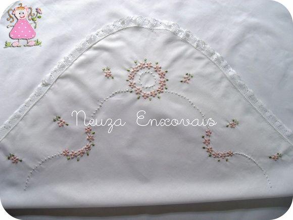 vira de manta em cambraia (algodão ) bordada à mão, acabamento em renda , formato quadrado com 68cm de lados