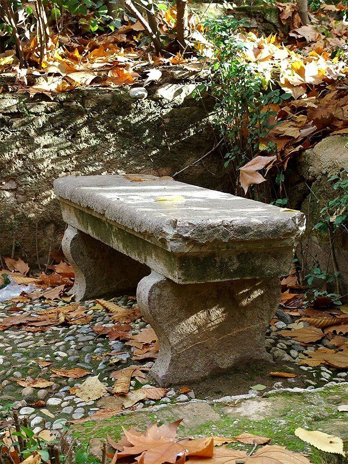 Petit banc de jardin en bois, pierre ou métal- 52 idées tendance - banc en pierre pour jardin