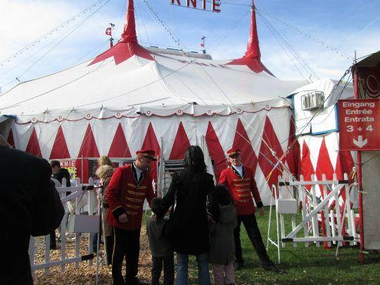 2,500人を収容できる紅白のテントは遠くからでも良く目立つ