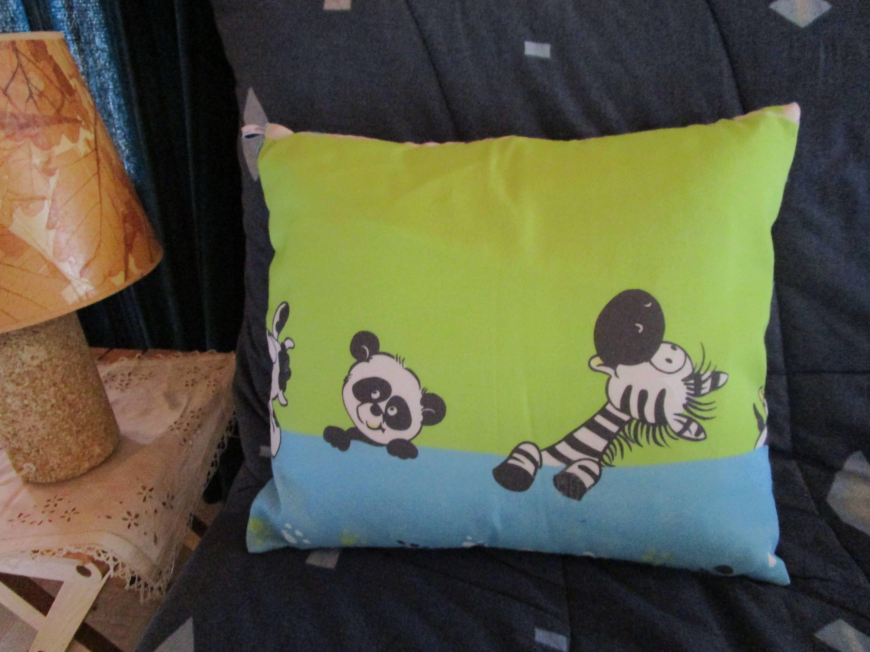 dans ma boutique etsy coussin decoratif en tissu bleu et vert imprime de dessins animaux amusants pour chambre d enfants http etsy me 2d0lfjh