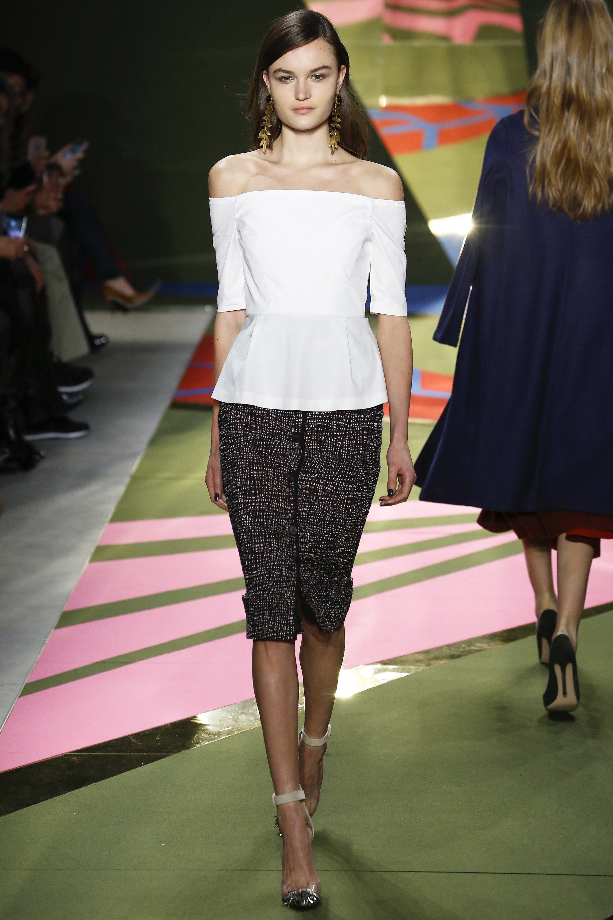 See the complete Lela Rose Fall 2016 Ready-to-Wear collection. #offtheshoulder