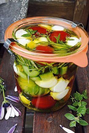 Photo of Cocktail-Tomaten mit Mozzarella-Kugeln eingelegt in frische Kräuter und Olivenöl