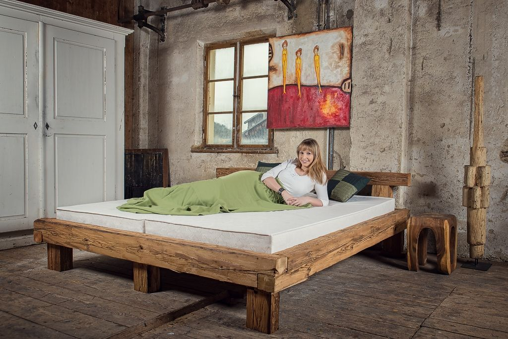 betten aus alten balken von mangostil bed from reclaimed wood holzskulptur hocker bild bei. Black Bedroom Furniture Sets. Home Design Ideas