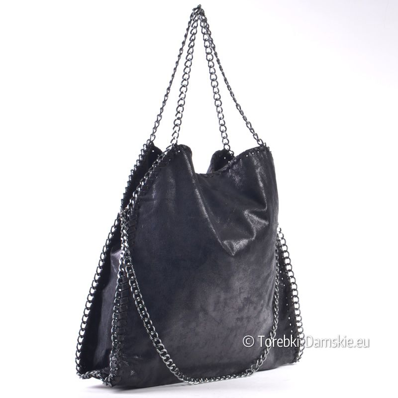 d497a204d07da Czarna połyskująca torebka damska z efektownymi łańcuszkami do noszenia na  ramieniu albo jako shopper