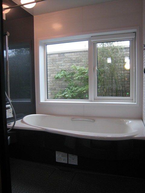 視線をさえぎり 2階バルコニーに造った風呂から眺める坪庭スペース