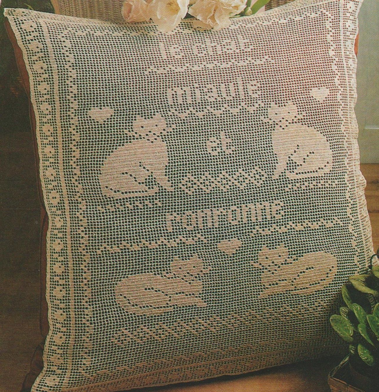 Un joli mod le pour les groupies des chats a r aliser en coussin en napperon d coration au - Decoration au crochet ...