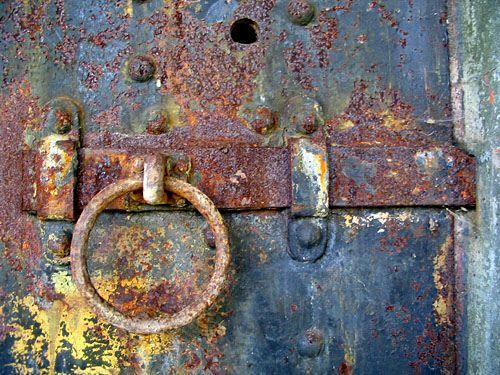 Rusted door latch & Rusted door latch | Rust and Artwork