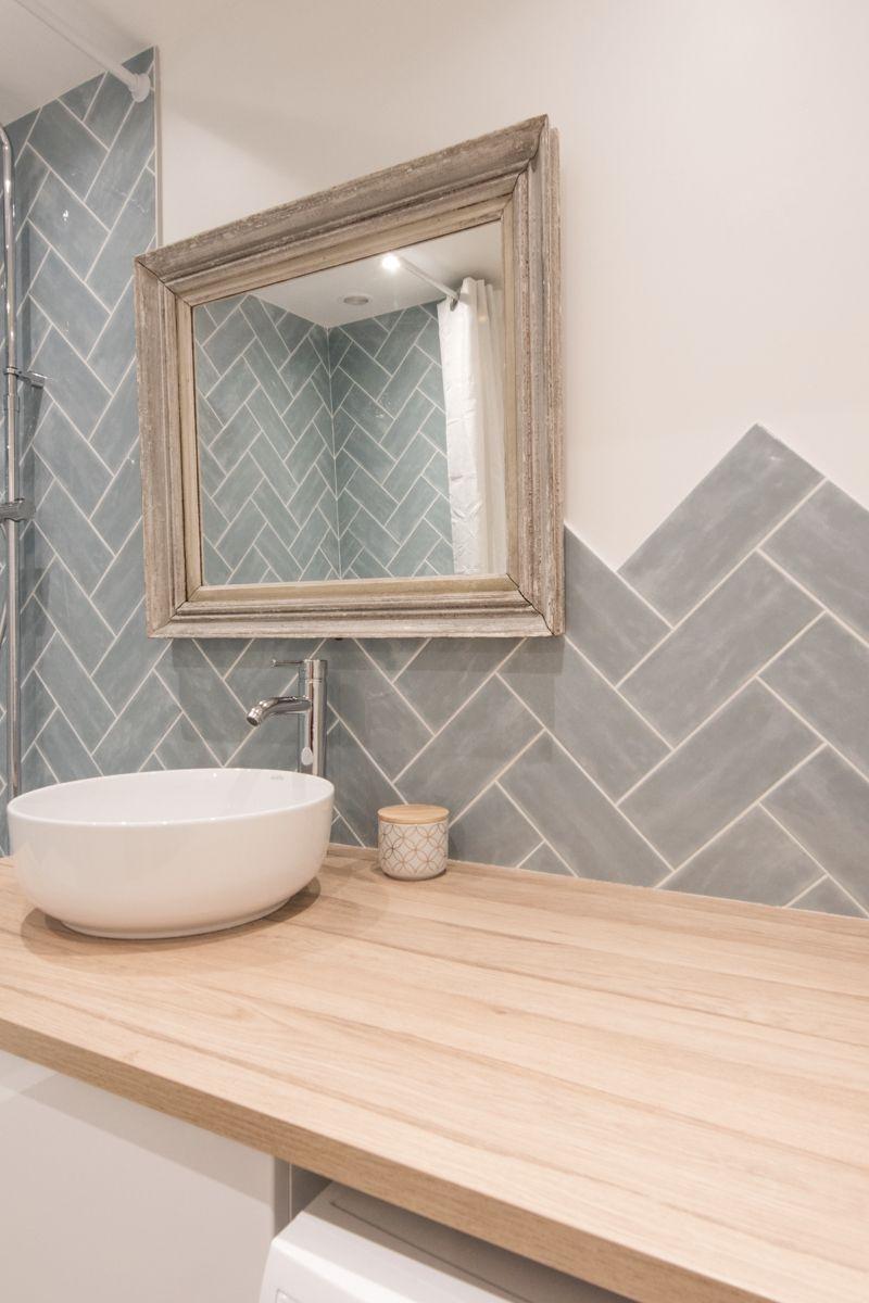Pose b ton rompus de fa ence bleu gris sur le mur d 39 une salle de bain au top de la tendance - Pose de faience salle de bain ...