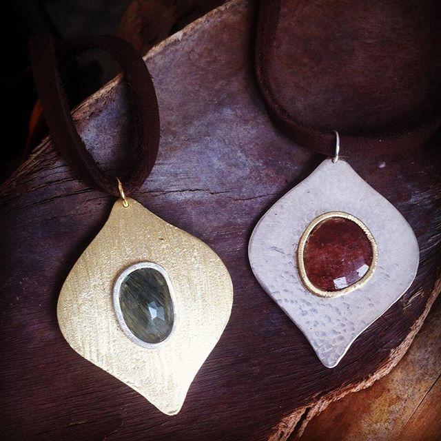 Por fin los tengo!! Recién salidos del taller!! Colgantes en plata y bronce combinado con piedra semipreciosa !! Disponibles dos tamaños este es el grande!! 🚀🚀 #jewelry #newcollection #handmade #barcekona #bohostyle#bohochic #freespirit