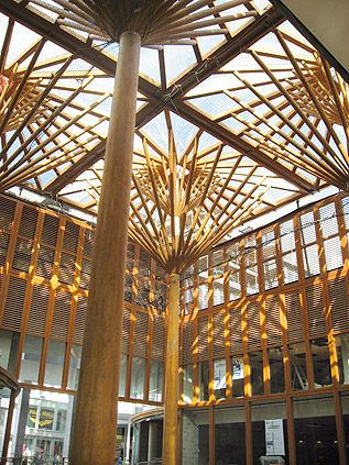 Poste de madera laminada encolada paraplues hess wohnwerk for Bamboo roofing materials