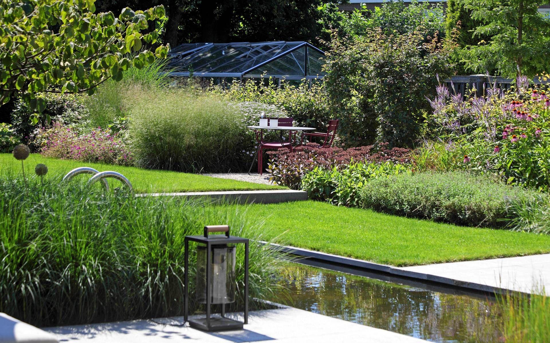 Moderne tuin met landelijke sfeer tuininrichting for Mooie tuinen voorbeelden