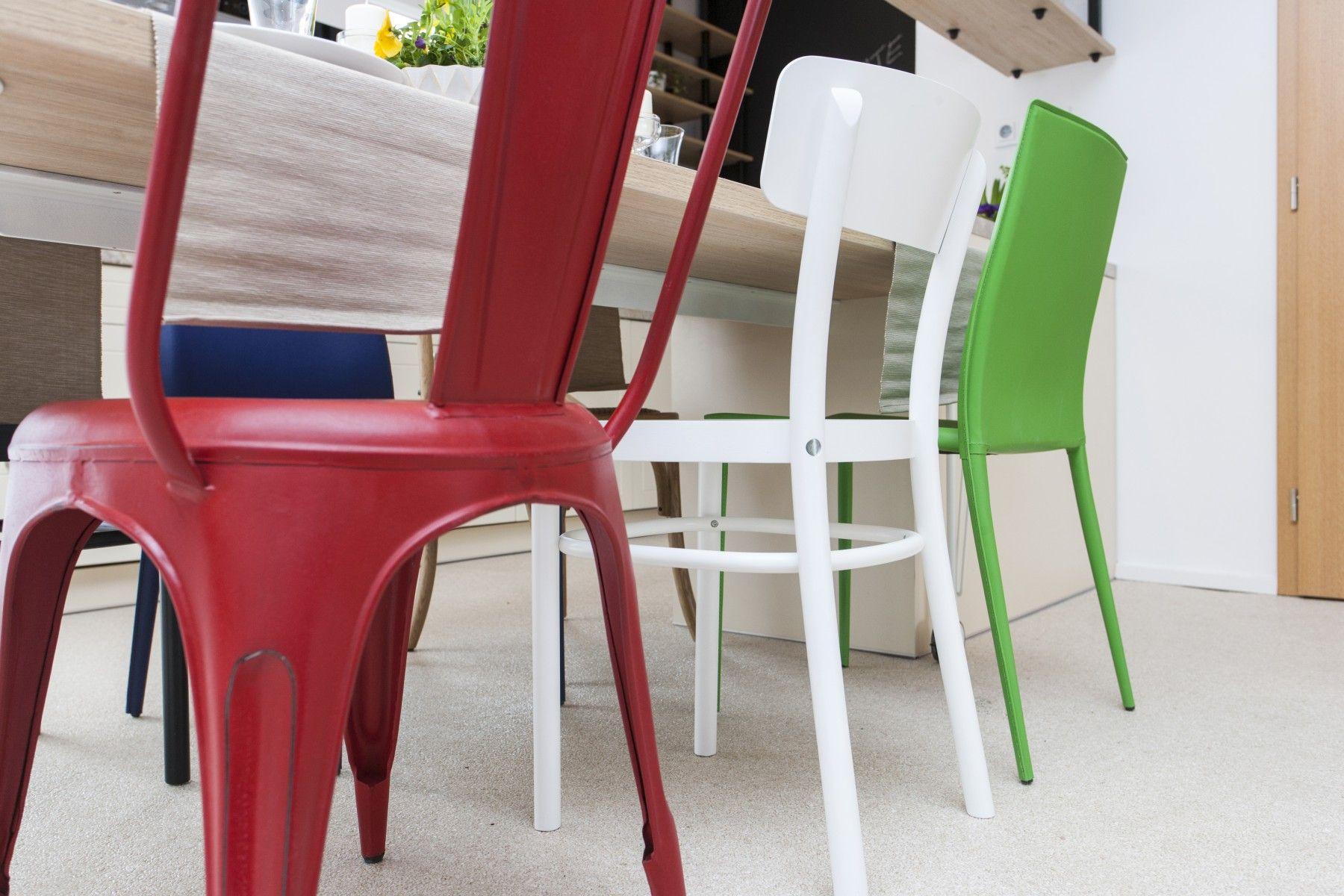Detail na farebné stoličky