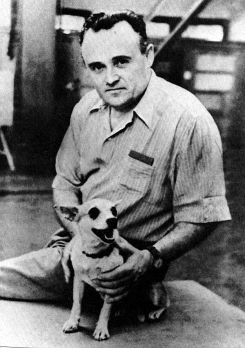 O engenheiro soviético Sergei Korolev com a cadela Laika.