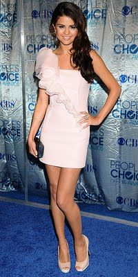 Selena looks gorgeous in a pale pink dress at an awards show. She is Gourgeous