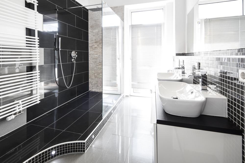 Badezimmer in schwarz mit Balkonzugang und ebenerdiger Dusche #Bad - badezimmer badewanne dusche