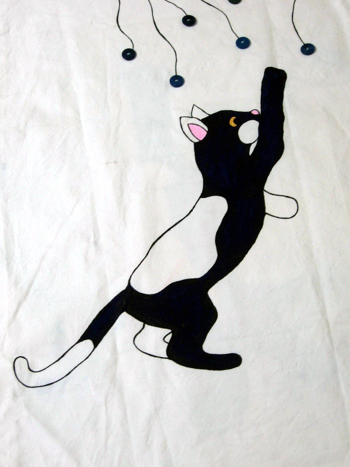Gatto che gioca pittura su stoffa dipinto sulla fodera di una poltrona