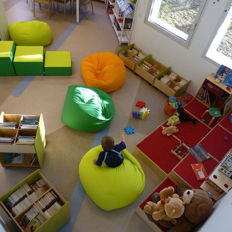 Arredamento biblioteca scaffali per libri angolo giochi for Arredamento bambini