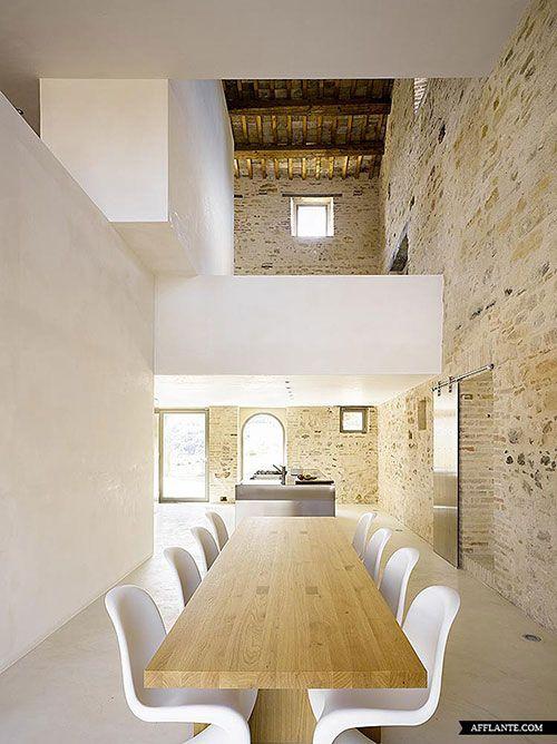 Moderne woonkamer met bakstenen muur | Interieur inrichting ...