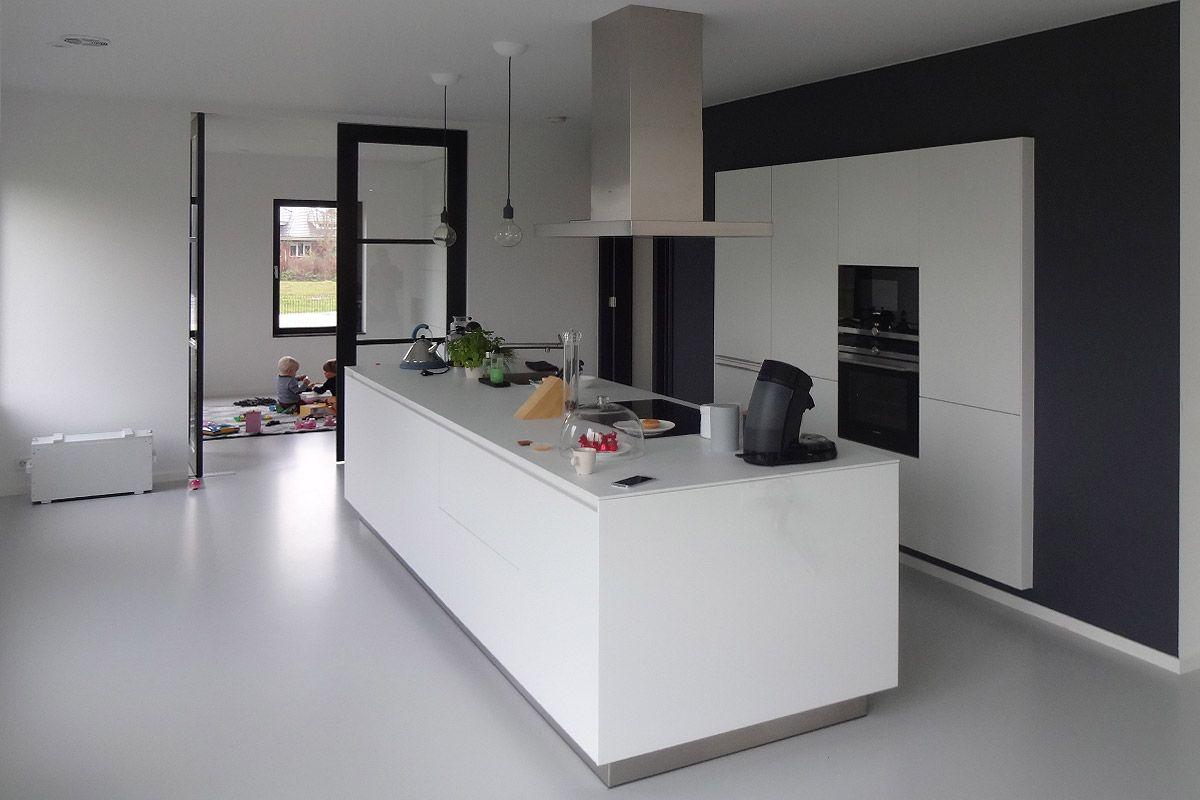 Kast Ontwerpen Programma : Modern keukeneiland met hoge kasten verzonken in achterwand